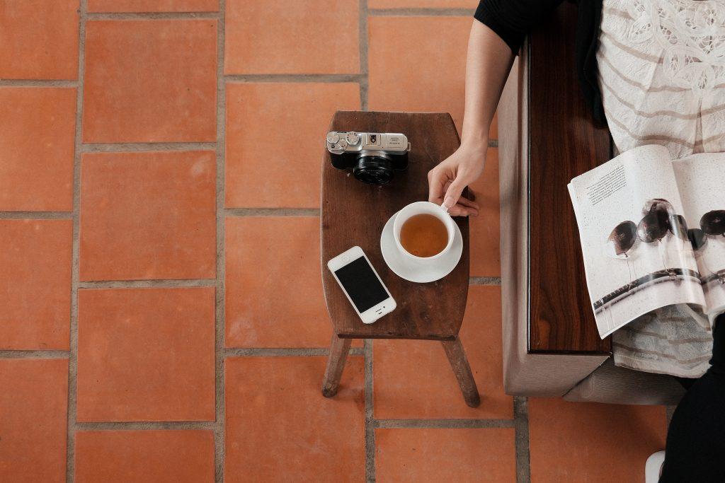 コーヒーテーブルとカフェオレ