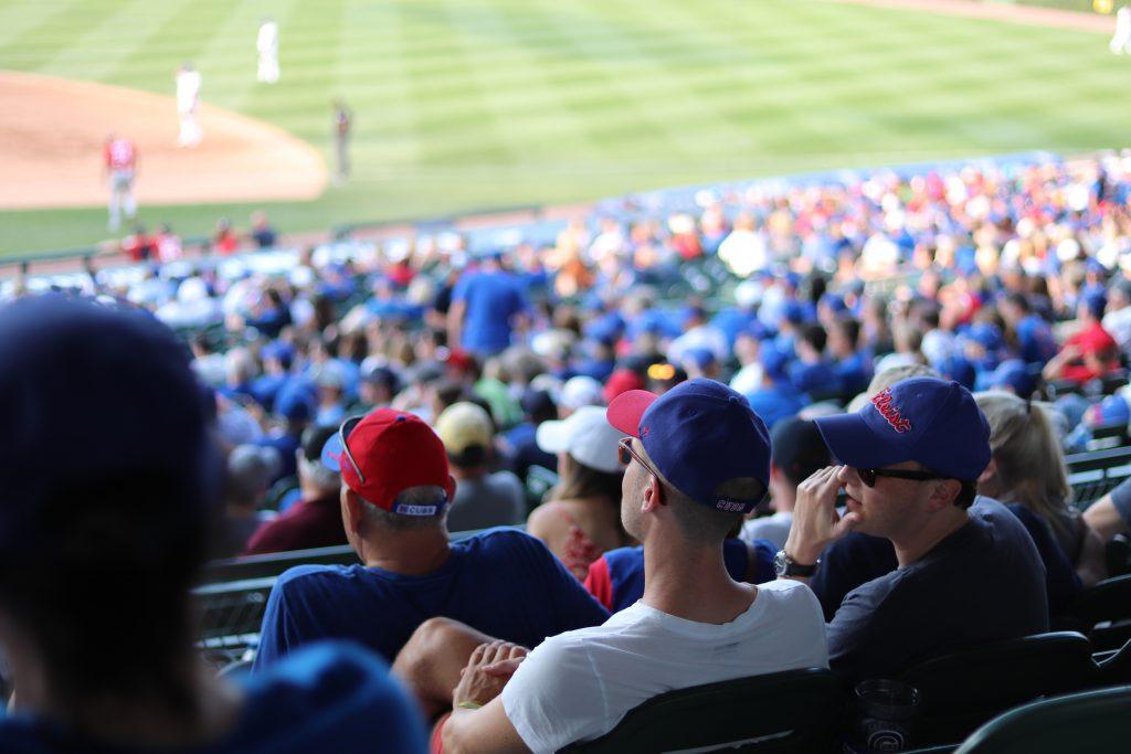 野球観戦をする人々の画像