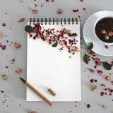 飲み物を横に置いて執筆を始める画像