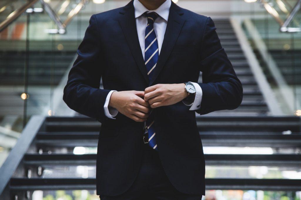 スーツを着る男性画像