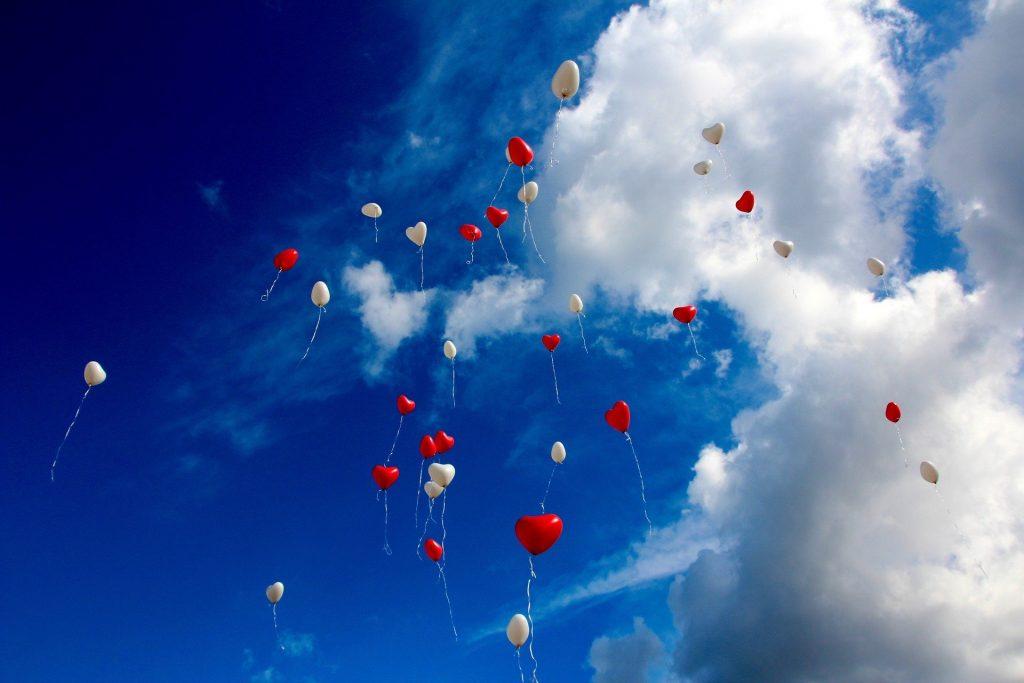 夢をイメージした風船の画像