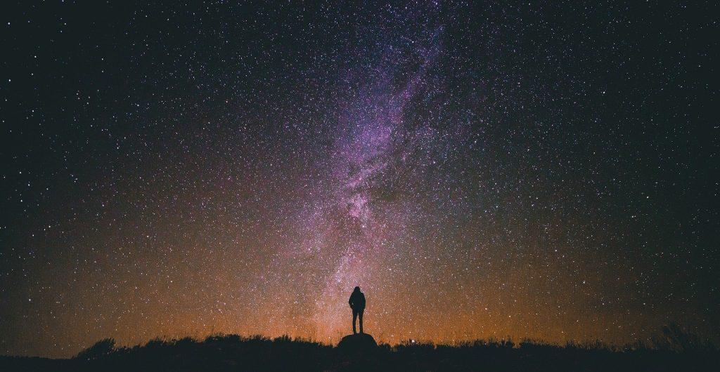 夜空を見上げる男性の画像