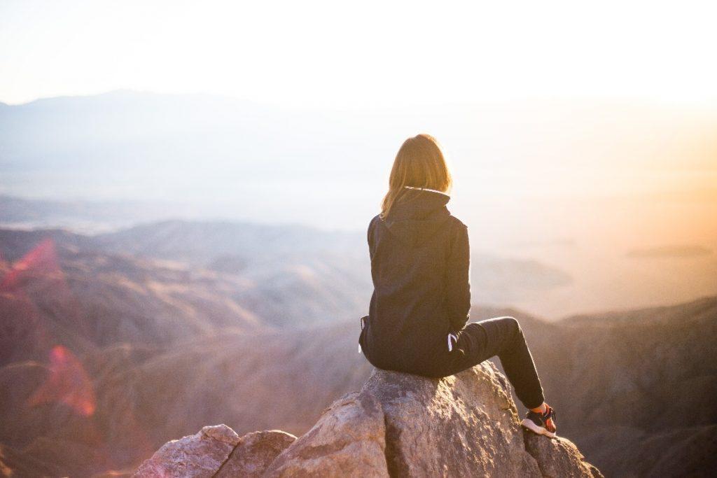 山頂で一息つく女性
