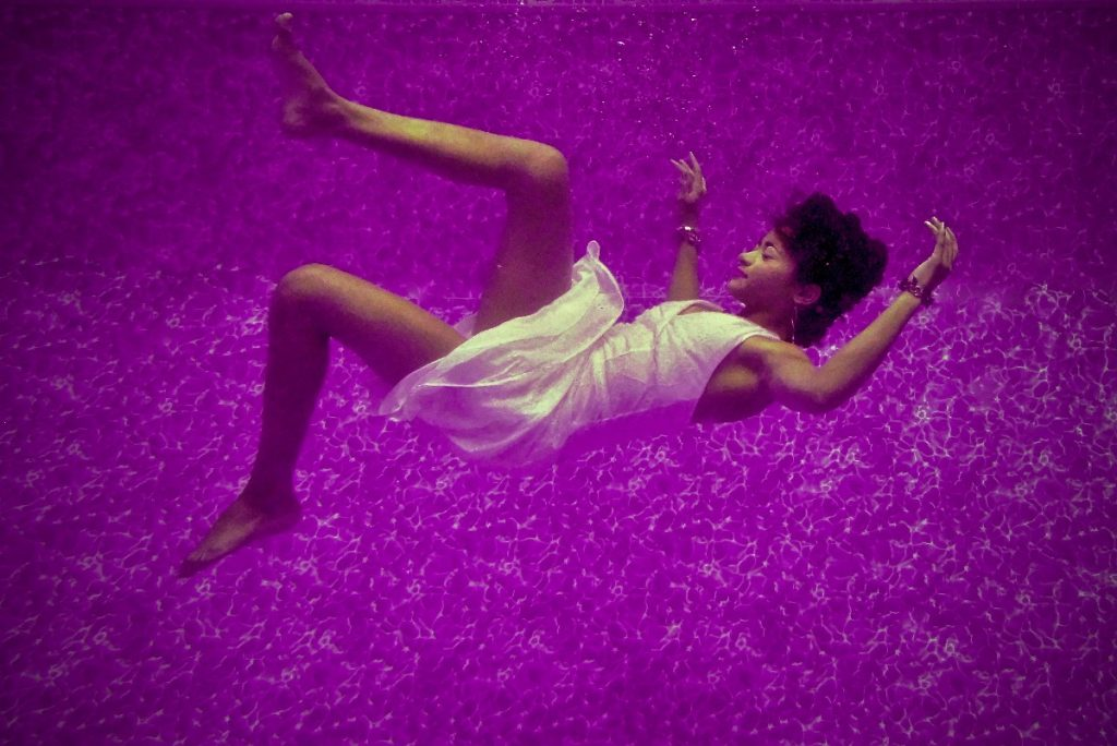 海中に沈む女性