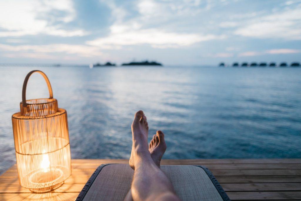 海辺でのんびりする人の足