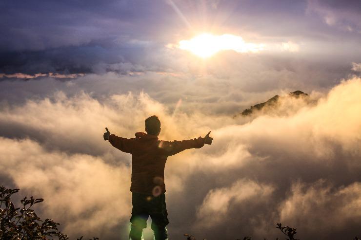 空に向かって手を広げる男